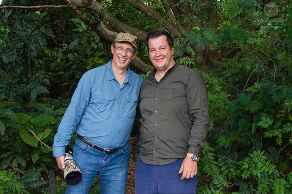 O argentino observador de aves Raul Sheridan (esq.) com o guia fotógrafo profissional Tiago D. (dir) na entrada da mata em Iracemápolis-SP.