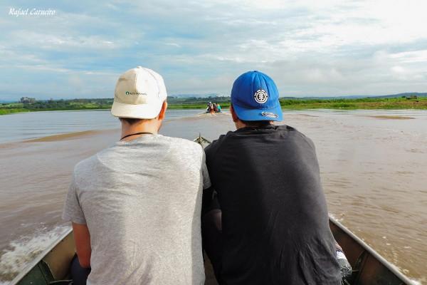 Os dois barcos rumo aos pontos de observação de aves. Foto: Rafael Carneiro (EF).